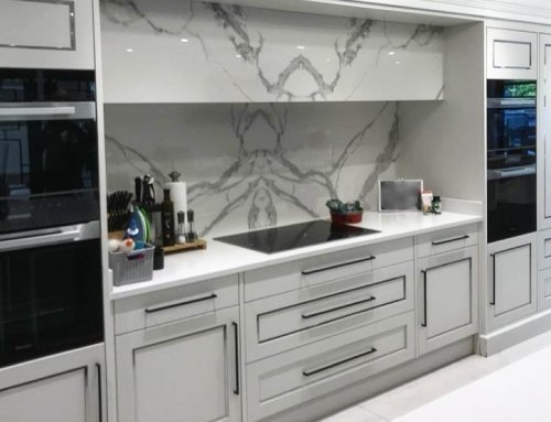 This 12mm Ceralsio Statuario bookmatched splashback adds the perfect finishing touch to this modern kitchen   If you would like a quote visi…