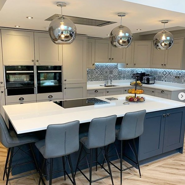 This 30mm CRL Stone UK & IE Arctic Shimmer Quartz perfectly compliments this modern kitchen by working with the bold colours and tiles, rath…